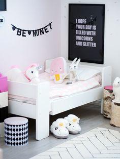 Meidän neljävuotiaan huone taitaa edustaa juurikin sellaista sukupuoliroolien mukaan jakaantunutta tyttöjen huonetta :D