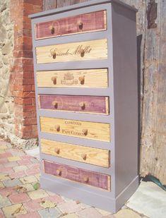 Des meubles avec des caisses à vin recyclées