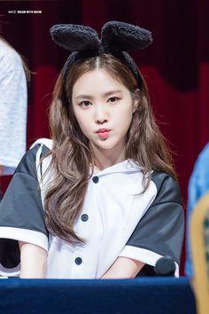 Reject the Binary Kpop Girl Groups, Korean Girl Groups, Kpop Girls, Beautiful Asian Girls, Beautiful People, Apink Naeun, Son Na Eun, Pink Panda, Grunge Girl