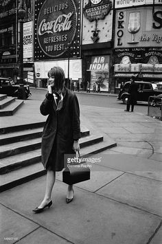 Fashion French Singer Francoise Hardy in London on March 1963 in Lodon, United kingdom. - A girl showing the haircut launched by British model Jean Shrimpton and by French singer and actress Francoise Hardy . Françoise Hardy, Charlotte Rampling, Vintage Street Fashion, 1960s Fashion, Women's Fashion, Fashion History, Fashion Ideas, Winter Fashion, Best Vacation Destinations