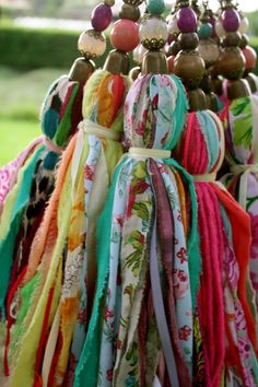 Fabric tassels with vivid colors, made of thin strips of fabric and ornated with beads on the top. They can be used for decoration, or for curtains Diy Tassel, Tassels, Craft Projects, Sewing Projects, Diy And Crafts, Arts And Crafts, Little Presents, Passementerie, Fabric Jewelry