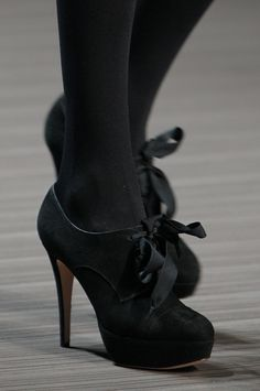 I love Victorian inspired shoes. So. Much. Want.