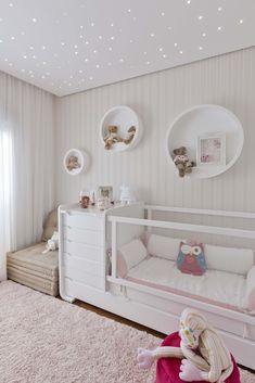 Decoraçao quarto de menina, com nichos arredondados, papel de parede, iluminaçao em led, e suavidade das cores.