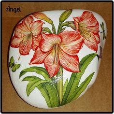 "155 Likes, 5 Comments - Ángel Martínez García (@angel_mg0127) on Instagram: ""Piedra/decoupage papel arroz 🎨🌼🌿 #manualidades #hechoamano #piedra #flores #craft #handmade #stone…"""