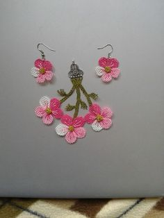 This Pin was discovered by Sed Wire Crochet, Thread Crochet, Fabric Jewelry, Beaded Jewelry, Boho Earrings, Crochet Earrings, Needle Lace, Crochet Accessories, Baby Knitting Patterns