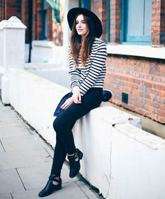Look blusa listrada + calça jeans.