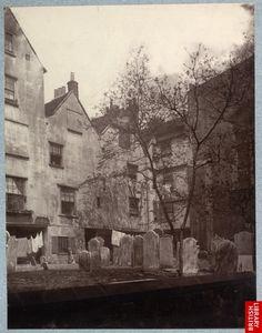 En 1880 la « Society for Photographing Relics of Old London » a été créée pour photographier les bâtiments de Londres qui allaient êtres détruits pour moderniser son urbanisme. Les longs temps de pose nécessaires à cette époque rendent la ville vide, à l'exception de quelques personnages immobiles.