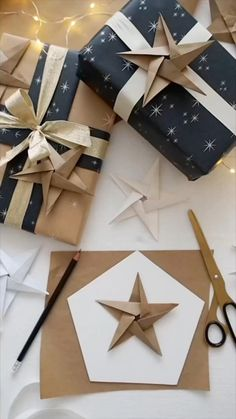Instruções Origami, Paper Crafts Origami, Origami Stars, Diy Crafts Hacks, Diy Crafts For Gifts, Christmas Crafts, Christmas Christmas, Gift Wrapping Techniques, Creative Gift Wrapping
