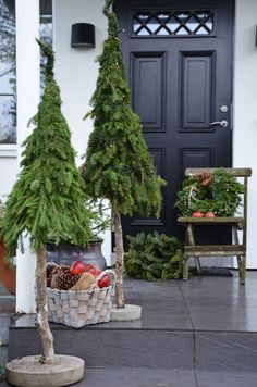 The garden is also visible! The most beautiful Christmas decoration for outdoors - Weihnachten - Noel Christmas Planters, Small Christmas Trees, Christmas Porch, Rustic Christmas, Handmade Christmas, Christmas Holidays, Christmas Crafts, Christmas Ideas, Merry Christmas
