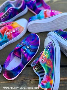 We had so much fun making our Sharpie tie dye shoes. This is a fun and creative summer craft for tweens and teens. See more tween craft ideas here. for tweens Fun Crafts for Tweens and Teens: Ultimate List That Will Keep Them Busy for Hours Sharpie Shoes, Sharpie Tie Dye, Sharpie Markers, How To Dye Shoes, How To Tie Dye, Diy Tie Dye Shoes, How To Paint Shoes, Moda Tie Dye, Sharpie Designs