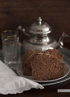Gustándome tanto esta infusión no es de extrañar que me sedujera enseguida esta receta de bizcocho turco de té negro y cacao que os explico par...