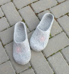 Felted slippers Neutral with pink dandelion  natural by AgnesFelt,