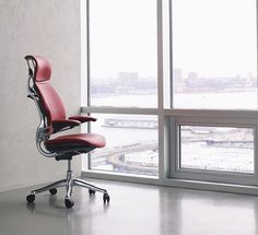 A true design icon, the Freedom chair's unique form and timeless aesthetic complements any workspace.