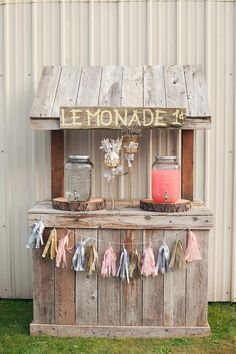 A spectacular teachable moment is the lemonade stand for children and a really fun one for parents, we invite you to take on your DIY Lemonade Sand project! Kids Lemonade Stands, Wedding Lemonade Stands, Bar Deco, Drink Stand, Bar Drinks, Drink Bar, Outdoor Parties, Bake Sale, Rustic Wedding
