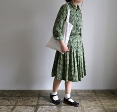 オールドマンズテーラーのR&D.M.Co-より、 綺麗なグリーンのペイズリー!シャツとスカートのセットアップ、ヨーロッパの街並みが似合いそうな雰囲気です♡