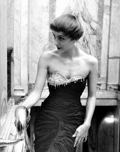OCTOBER 1949 Model of the moment Shari Herbert slipped into a figure-hugging Schiaparelli gown for an evening event in New York.: Elsa Schiaparelli's Iconic Gowns and Couture Creations Elsa Schiaparelli, Christian Lacroix, 1940s Fashion, Vintage Fashion, Vintage Couture, Vintage Style, Retro Vintage, Vintage Dresses, Vintage Outfits