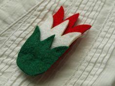 Magyar tulipánok, Ékszer, óra, Bross, kitűző, Piros, fehér és zöld filc tulipánokat rögzítettem kitűzőalapra. Nemcsak nemzeti ünnepekre a......