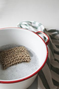 Waste Free Natural Living: DIY knit twine sponge for a zero waste dishwashing and cleaning tool Diy Sponges, Limpieza Natural, Ideias Diy, Clean Dishwasher, Simple Life Hacks, Natural Cleaning Products, Sustainable Living, Cleaning Hacks, Diy Hacks