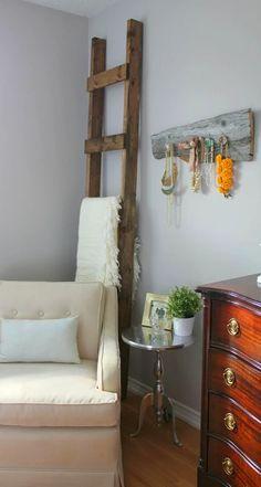 Oturma odanızı süslü bir merdivenle renklendirebilirsiniz.