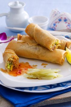 Make spring rolls yourself - - Frühlingsrollen selber machen Crunchy and tasty – with this spring rolls are just as delicious as in the China restaurant, we also show you the right folding technique! Burger Recipes, Copycat Recipes, Grilling Recipes, Snack Recipes, Dinner Recipes, Snacks, Pizza Und Pasta, Asian Recipes, Ethnic Recipes