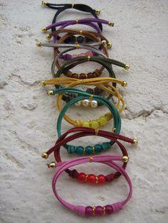 Pulseras con cuentas de cristal y cordón de ante en varios colores // Bracelets with glass beads and lace in various colors