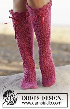"""Knitted DROPS socks with lace pattern in """"Fabel"""". Size 35-43. ~ DROPS Design"""