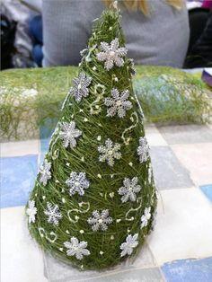 christmas craft ideas: christmas trees tutorial - crafts ideas - crafts for kids Christmas Minis, Christmas Projects, Handmade Christmas, Holiday Crafts, Christmas Time, Tabletop Christmas Tree, Xmas Tree, Christmas Decorations, Christmas Ornaments