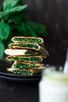 Quesadilla: crispy tortilla stuffed with creamy, delicious spinach. Inspired by traditional Greek Spanakopita pie Healthy Cooking, Healthy Snacks, Cooking Recipes, Healthy Recipes, Healthy Habits, Bette, Good Food, Yummy Food, Yummy Eats