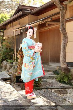 野外撮影 #maiko #kyoto Japanese Geisha, Japanese Kimono, Traditional Dresses, Traditional Art, Kimono Fashion, Fashion Art, Japan Image, Kimono Style, Nihon