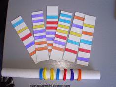 Avec des élastiques pour cheveux et un support en carton de film plastique, on peut réaliser des petits exercices de motricité fine. Pour les plus grands, on complique un peu l'exercice en leur proposant des suites de couleurs à repositionner dans l'ordre.