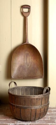 Wooden shovel and basket Nice work! Primitive Antiques, Country Primitive, Vintage Antiques, Antique Decor, Primitive Decor, Prim Decor, Country Decor, Rustic Decor, Old Baskets