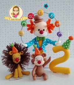 Topo de bolo circo, acompanha dois personagens de circo e vela. Palhaço 16 cm. Bichinhos 7 cm. Vela 8 cm. Pode ser personalizado com características do cliente, vela e nome personalizados.