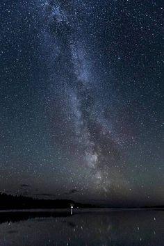 Linnunrata loisti henkeäsalpaavan kirkkaana Turun saaristossa - Kotimaa - Ilta-Sanomat Stars And Moon, Walkway, Finland, Northern Lights, Sci Fi, Universe, Country, Nature, Travel