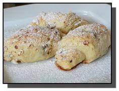 Slávinky Z této dávky těsta upečeme 24 nebo 32 malinkatých rohlíčků – opravdu bezkonkurenčně nadýchaných a voňavých máslem i citrónovou kůrou. Suroviny: 120 ml (g) vody 70 g cukru 100 g másla 50 g rozinek špetka soli 2 žloutky strouhaná citrónová kůra lžička citrónové šťávy 390-400 g hladké mouky 21 g droždí Na obalení bílek 2 lžíce moučkového cukru sekané mandle