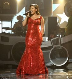 Kelly Clarkson channels old school glamour as she struggles to contain curves in Jessica Rabbit-inspired dress Curvy Girl Fashion, Plus Size Fashion, Big And Beautiful, Beautiful People, Divas, Kelly Clarkson, Plus Size Beauty, Victoria, Real Women