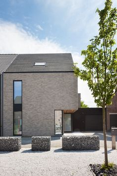 Mooi zo een uitsparing: maakt minder een 'blok' van je huis en je staat droog om je deur te openen. Moet ev niet zo diep zijn.  STKE 10 / WESTMALLE | LV Architecten Brick Architecture, Residential Architecture, Architecture Details, Brick Cladding, Modern Villa Design, Barn Renovation, Prefabricated Houses, Facade House, Cabana