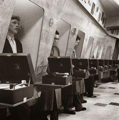 ロンドンのレコードショップのブースで、新譜を視聴する客たち(1955年)