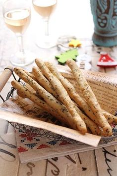 ベーキングパウダーを使ったグリッシーニは、発酵の手間要らず。ベーコンと粉チーズ、黒胡麻が入っていますが、カレー味やトマト味のアレンジもおすすめです。