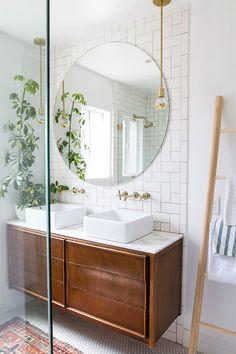 Echelle linge rangement, salle de bain moderne, meuble sdb, salle de bain blanche, ronde miroir grande parfait pour les deux lavabos