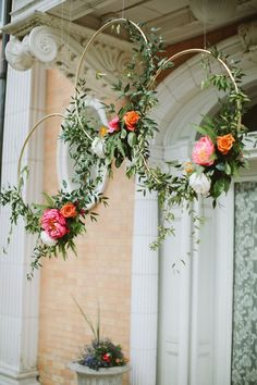 Gold hoops with flowers. Seriously, how stylish can a wedding get?! Photo: Paige Jones Photography #weddingdecoration