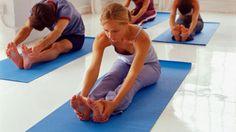 Yogakurse liegen voll im Trend und werden in zahlreichen Fitness- und Yogastudios angeboten. Die Krankenkasse unterstützt Sie finanziell im Rahmen verschiedener Gesundheitsprogramme. Denn Yogakurse sind hilfreich zur Stressbewältigung, zur Prophylaxe von Rückenproblemen sowie für zahlreiche andere gesundheitliche Präventionen. Doch nicht jede Krankenkasse erkennt die Kurse an. Worauf Sie achten müssen, um für Ihren Kurs finanzielle Unterstützung zu bekommen, erfahren Sie in folgenden Tipps.