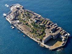 """The Abandoned Island That's A Real Life Bond Villain Lair - Falando de filmes de James Bond, a ilha covil de Raoul Silva em """"Skyfall"""" foi baseada na Ilha Hashima """"Ilha Navio de Guerra""""- Japão, que funcionava como uma unidade de mineração de carvão na costa de Nagasaki, no Japão. Mas, desde 1972, quando a mineração foi fechada, ficou abandonada"""