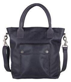Een stoere en toch vrouwelijke tas; dat is de Bag Burnley van Cowboysbag. De tas is uitgevoerd in leer met vintage uitstraling en een handig vak aan de voorzijde (€149,95)