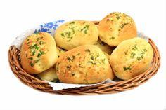 Receita de Pão de Alho Caseiro. No aperitivo ou no churrasco, o pão de alho não poderá faltar. Não um simples pão de alho mas, aquele caseiro e feito por você. O sucesso é garantido!