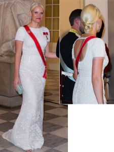 Ingen kler fotside, hvite kjoler som Mette-Marit. Her fra markeringen for Dronning Margrethes 40 år på tronen i 2012. Designer: Peter Dundas for Pucci.