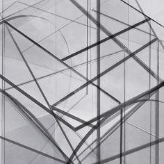2016. Diseño de poster expositivo Cristal y espejo son los elementos a modo de alquimia que usa este diseñador para crear sus piezas-esculturas. Para el cartel de la exposición de Guillermo en la galería Side Gallery de Barcelona propusimos unir todas las fotografías en una, superponiendo las piezas a modo de superestructura y serigrafiarlas en…