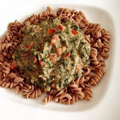 Speltpasta met Magere platte kaas, spinazie en stukjes tomaat.