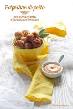 Chicken meatballs with sage, ricotta cheese and Parmesan cheese I Love Food, Good Food, Yummy Food, Yummy Appetizers, Appetizer Recipes, Veggie Ball Recipe, Stress Food, Pollo Chicken, Buffet