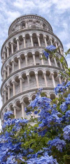 Vista en contra picado de la famosa e imponente Torre de Pisa en Italia.; http://ift.tt/2if3Qn1