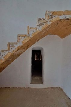 Restaurando una escalera de marés antigua #mares #escalera #restauración Roman Concrete, Rammed Earth, Around The Worlds, Stairs, Restaurant, Traditional, Architecture, Building, Design